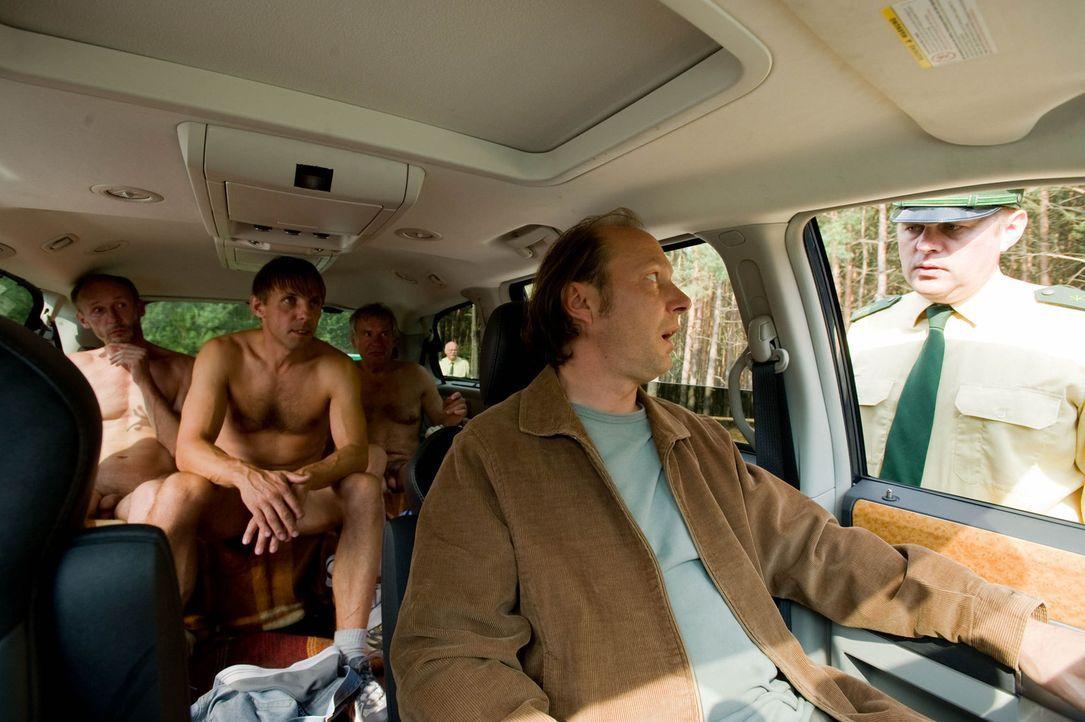 Polizeikontrolle: Helmut (Martin Brambach, l.) und seine Nudistenfreunde (Gotthard Lange, hinten M.) ... - Bildquelle: Gordon Mühle Sat.1