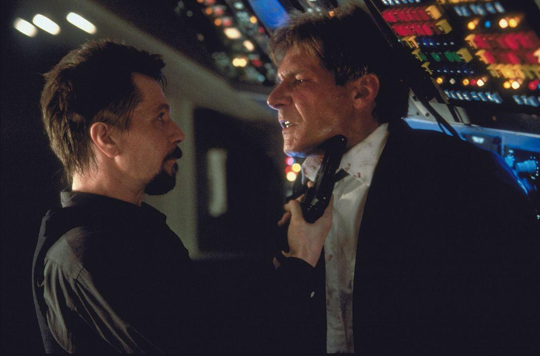 Als der Rebell Korshunov (Gary Oldman, l.) und seine Männer die Maschine des Präsidenten (Harrison Ford, r.) hijacken, um die Freilassung eines Ge... - Bildquelle: Buena Vista International