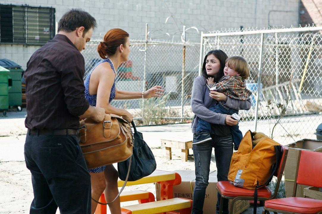 Addison (Kate Walsh, 2.v.l.), Sam und Cooper (Paul Adelstein, l.) behandeln das kranke Kind einer obdachlosen Jugendlichen (Lucy Hale, 2.v.r.), die... - Bildquelle: ABC Studios