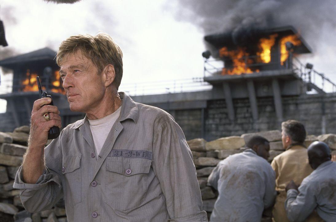 Um den Colonel zu entmachten, fasst General Irwin (Robert Redford) einen Plan: Er will die Nationalflagge ergattern und verkehrt herum am Fahnenmast... - Bildquelle: TM &   2001 DREAMWORKS LLC. All Rights reserved.