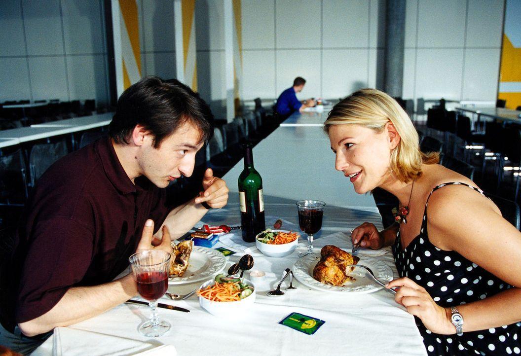 Das erste Rendezvous zwischen Pietro (Boris Aljinovic, l.) und Liza (Sophie Schütt, r.) findet in der Mensa statt. - Bildquelle: Christian A. Rieger Sat.1
