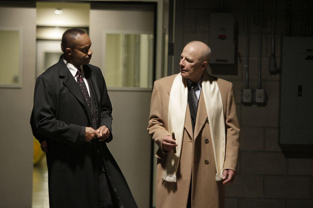 Lagebesprechung: NCIS Director Leon Vance (Rocky Carroll, l.) und Secretary of the Navy Phillip Davenport (Jude Ciccolella, r.) ... - Bildquelle: CBS Television