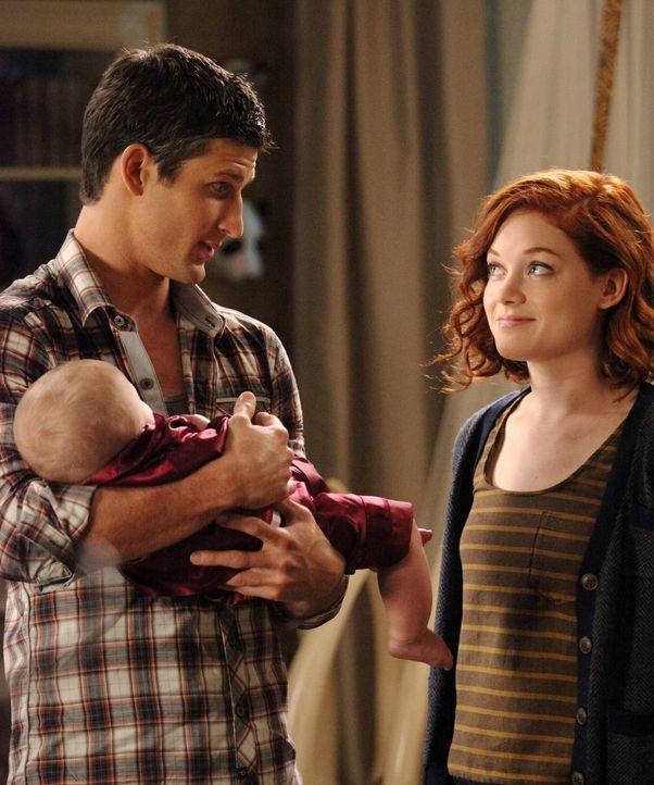 Wegen ihrer Schuldgefühle gegenüber Ryan (Parker Young, l.) hilft Lisa ihrem Bruder dabei, Tessa (Jane Levy, r.) zu erobern ... - Bildquelle: Warner Brothers