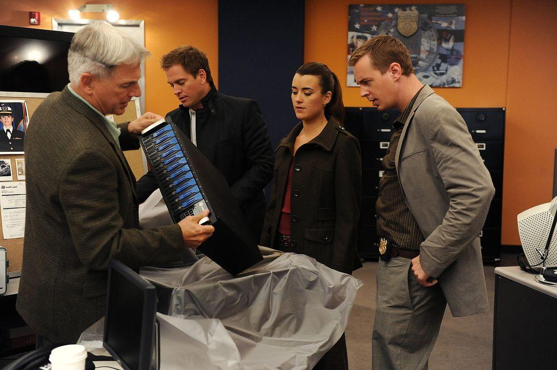 Ermitteln in einem neuen Mordfall: Gibbs (Mark Harmon, l.), Tony (Michael Weatherly, 2.v.l.), Ziva (Cote de Pablo, 2.v.r.) und McGee (Sean Murray, r... - Bildquelle: CBS Television