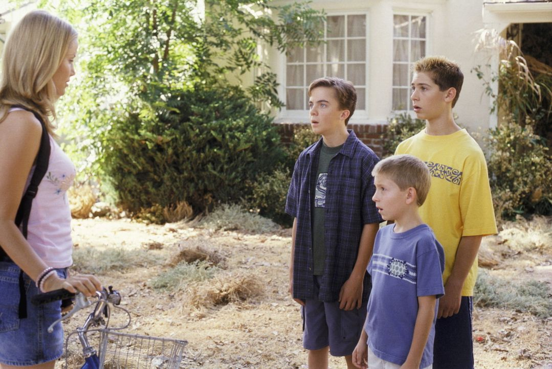 (v.r.n.l.) Reese (Justin Berfield), Dewey (Erik Per Sullivan) und Malcolm (Frankie Muniz) begutachten ihre neue Babysitterin Patty (Melody Perkins)... - Bildquelle: TM +   2000 Twentieth Century Fox Film Corporation. All Rights Reserved.