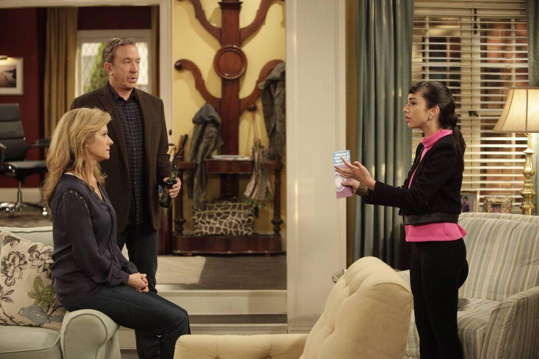 Mandy (Molly Ephraim, r.) ist entsetzt, als sie eine ganz besondere Broschüre findet. Sofort konfrontiert sie Vanessa (Nancy Travis, l.) und Mike (T... - Bildquelle: 2014 Twentieth Century Fox Film Corporation. All rights reserved.