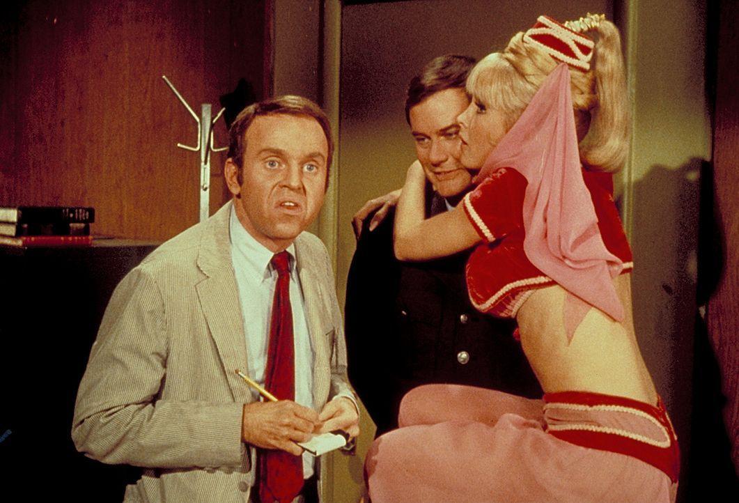 Der Journalist Farnum (George Furth, l.) wird von Jeannie (Barbara Eden, r.) und Tony (Larry Hagman, M.) völlig aus seinem Konzept gebracht. - Bildquelle: Columbia Pictures