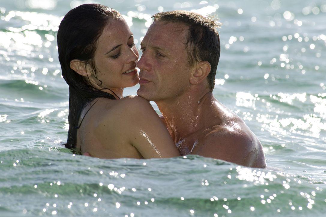Sein Auftrag führt James Bond (Daniel Craig, r.) auf die Bahamas, wo er es nicht nur mit dem teuflischen Pokerface Le Chiffre zu tun bekommt, sonder... - Bildquelle: 2006 DANJAQ, LLC, UNITED ARTISTS CORPORATION AND COLUMBIA PICTURES INDUSTRIES, INC. ALL RIGHTS RESERVED.
