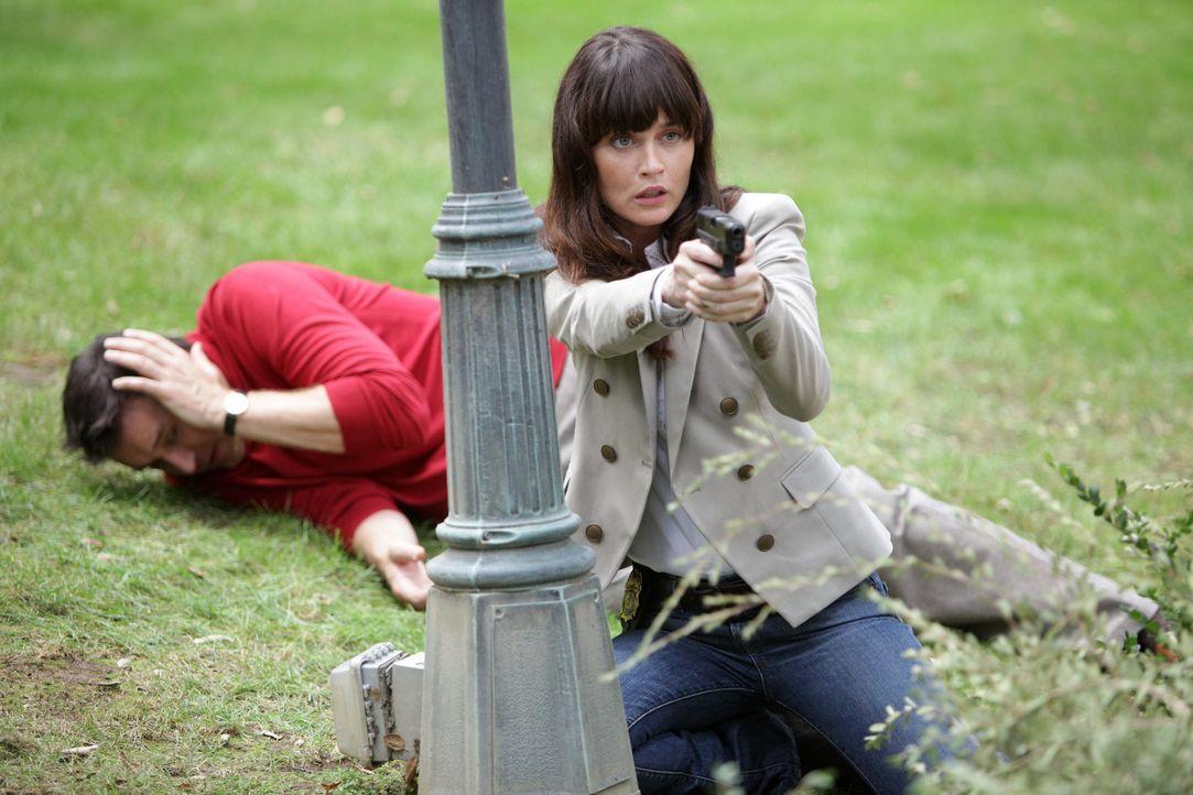 Während den Ermittlungen, geraten Teresa (Robin Tunney, r.) und Walter Mashburn (Currie Graham, l.) in große Gefahr ... - Bildquelle: Warner Bros. Television