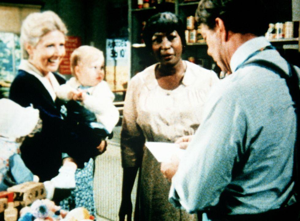 Verdie Foster (Lynn Hamilton, M.) ist gekommen, um bei Ike Godsey (Joe Conley, r.) Post abzuholen. Dabei erlebt sie eine Überraschung. Olivia Walton... - Bildquelle: WARNER BROS. INTERNATIONAL TELEVISION