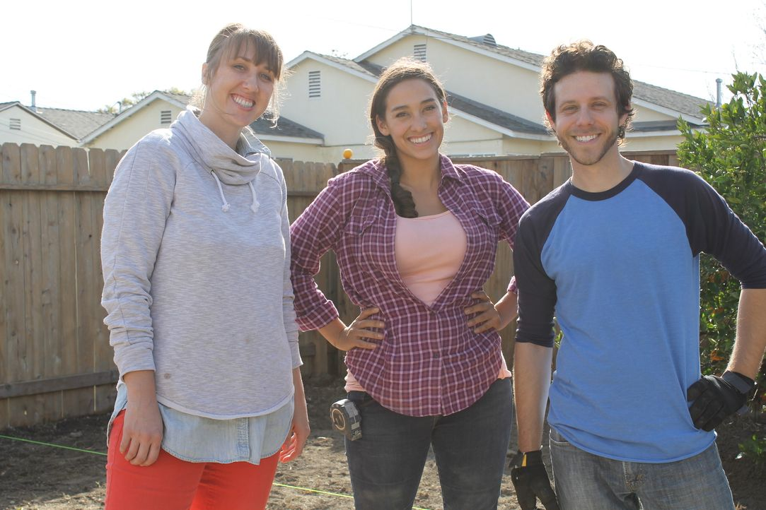 Jodi (l.) und ihre Freund Ryan (r.) haben zwei Jahre lang das Haus renoviert, doch der Garten ist zu viel für sie. Darum holen sie sich Hilfe von La... - Bildquelle: 2014, DIY Network/Scripps Networks, LLC. All RIghts Reserved.