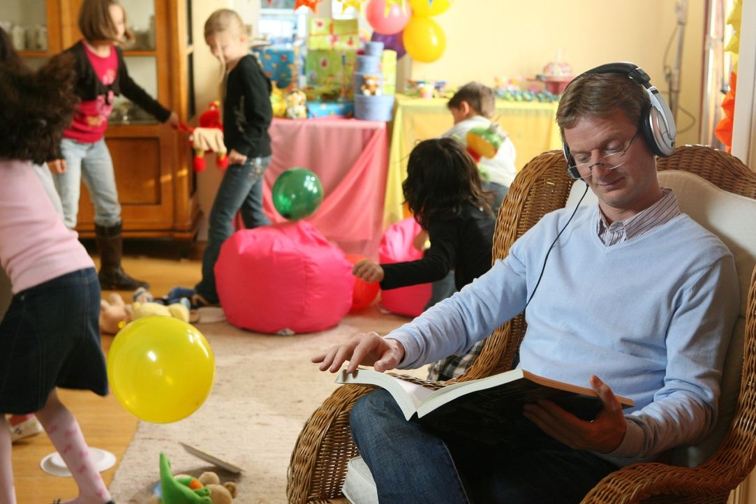 Musik hören, eine Sache, die man (Michael Kessler) besser nicht tun sollte, wenn das eigene Kind Geburtstag feiert ... - Bildquelle: Ralf Jürgens Sat.1