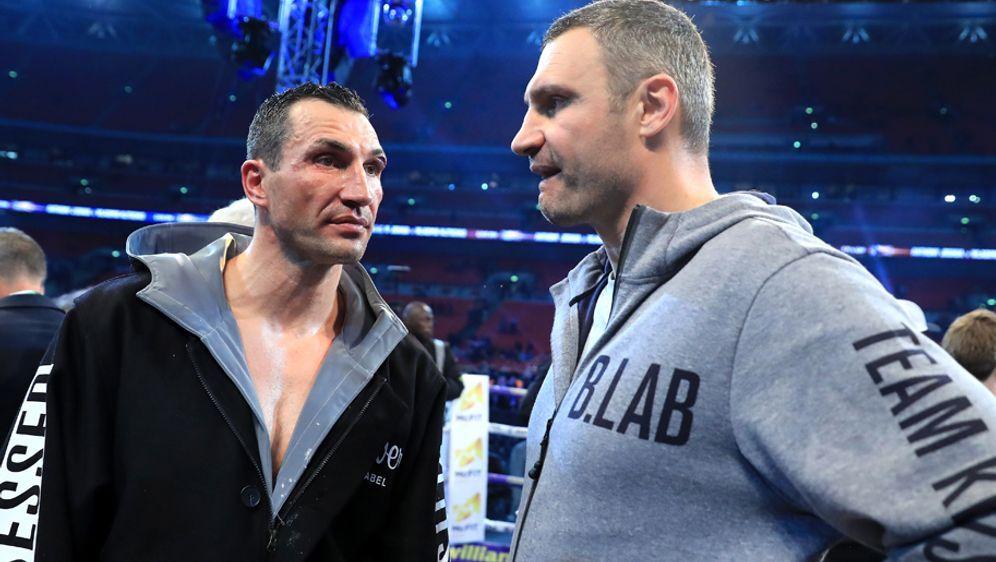Würde seinen Bruder Waldimir (links) nach dessen Niederlage gegen Anthony Jo... - Bildquelle: 2017 Getty Images