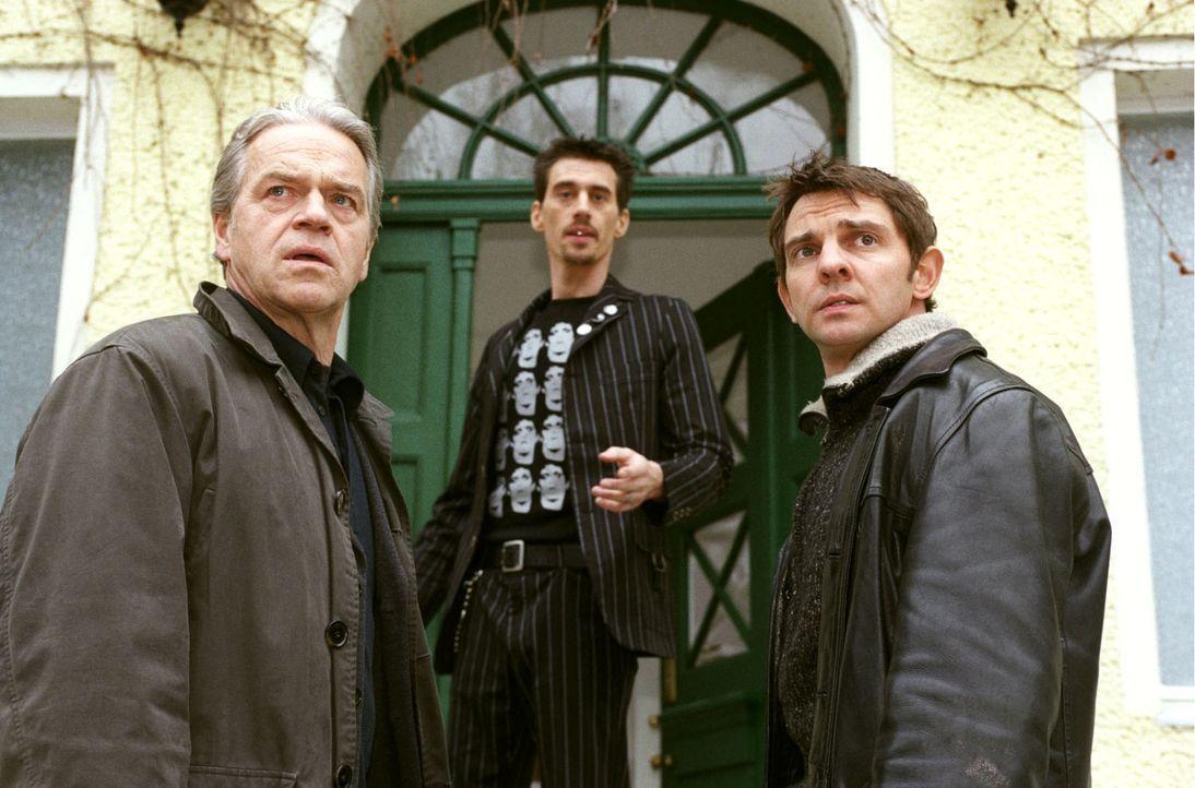 Wolff (Jürgen Heinrich, l.) und Tom (Steven Merting, r.) befragen Boris (Robert Glatzeder, M.) nach der verschwundenen Julia. - Bildquelle: Claudius Pflug Sat.1