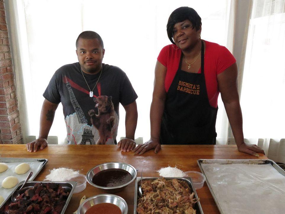 """Chefkoch Roger Mooking (l.) besucht dieses Mal Phyllis Strawder (r.) vom """"Bigmista's Barbecue & Sammich Shop"""" in Long Beach, Kalifornien, das bekann... - Bildquelle: 2015,Cooking Channel, LLC. All Rights Reserved."""
