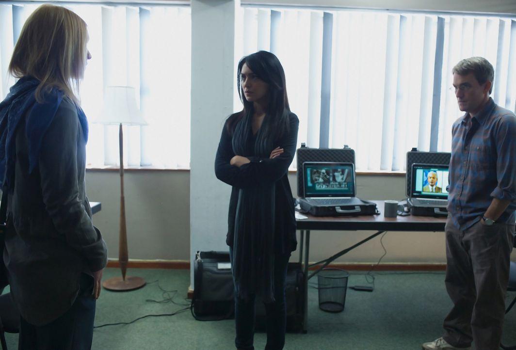 Da Carrie (Claire Danes, l.) nicht weiß, wem sie in ihrem Team in Islamabad trauen kann, holt sie sich heimlich Fara (Nazanin Boniadi, M.) und Max (... - Bildquelle: 2014 Twentieth Century Fox Film Corporation