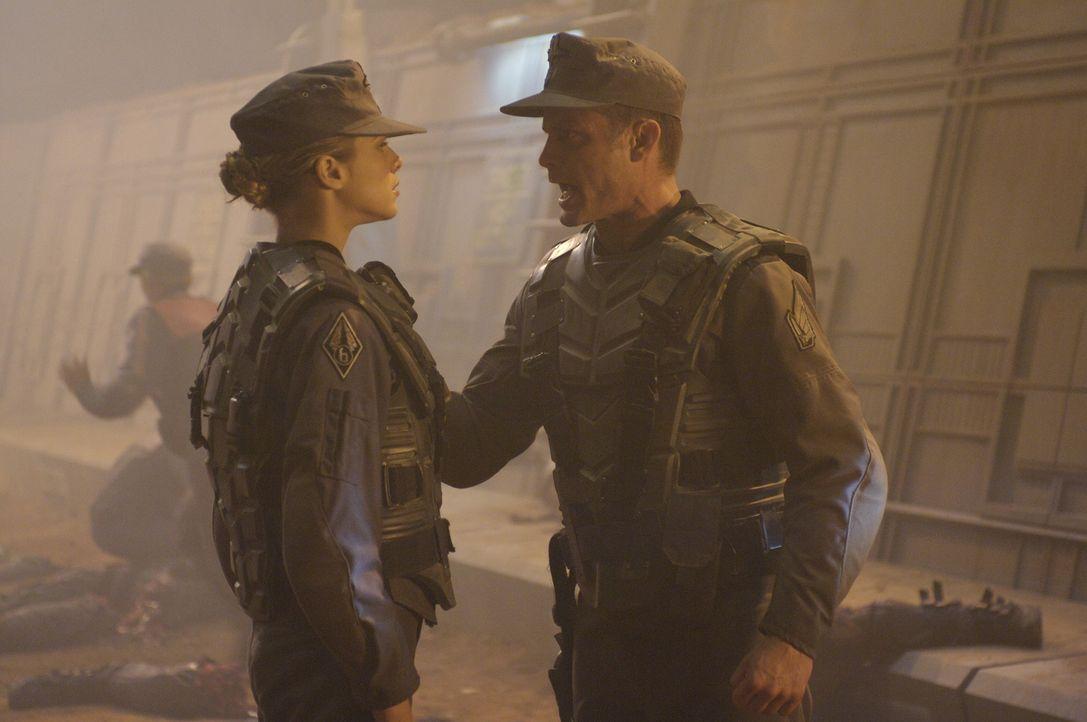 Eigentlich sollte Colonel Johnny Rico (Casper Van Dien, r.) zum Tode verurteilt werden, doch dann muss er Holly Little (Marnette Patterson, l.) und... - Bildquelle: 2008 Star Troopers (Pty) Limited and ApolloMovie Beteiligungs GmbH. All Rights Reserved.