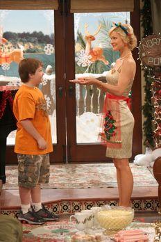 Two and a Half Men - Sandy (Josie Davis, r.) verwöhnt alle mit ihren Kochküns...