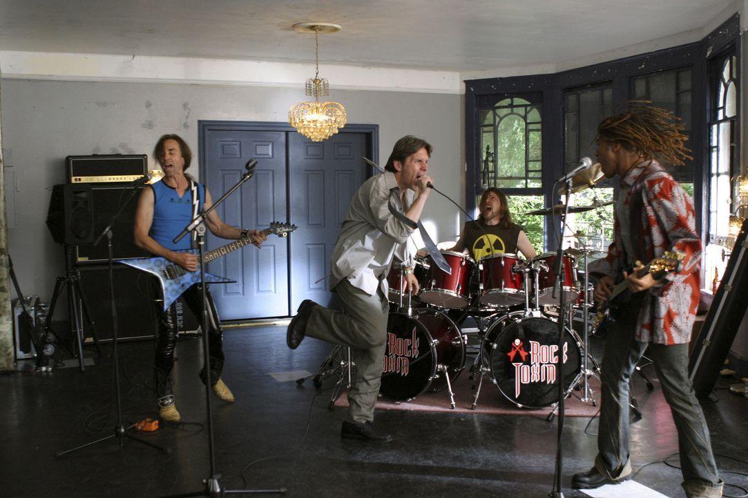 Mit allerlei Tricks gelingt es Izzy (David Jensen, l.) schließlich, Jerry (Gary Cole, 2.v.l.) zu überreden, abends heimlich an den Proben der Band... - Bildquelle: Buena Vista International Television |