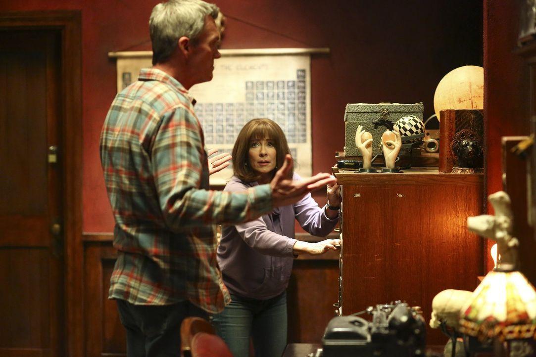 Mike (Neil Flynn, l.) erfährt von Frankies (Patricia Heaton, r.) Traum, in dem sie mit Frank Sinatra rummacht ... - Bildquelle: Warner Bros.