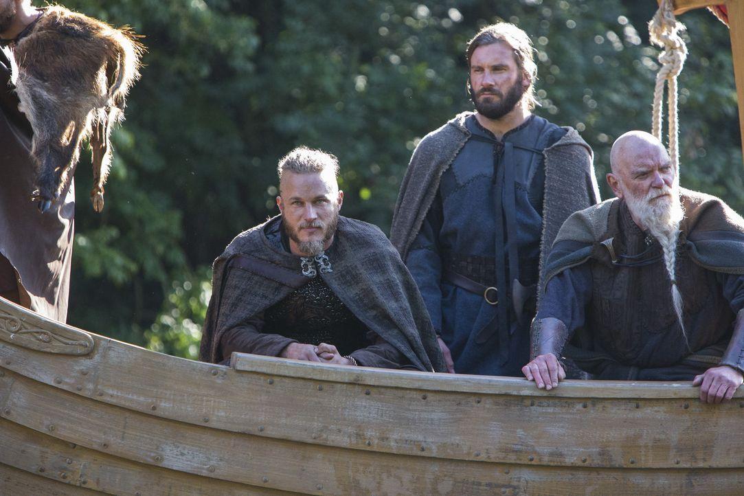 Die Wikinger Ragnar (Travis Fimmel, l.) und Rollo (Clive Standen, M.) und ihre Mannen sind nach England aufgebrochen, um sich dort erneut die Reicht... - Bildquelle: 2013 TM TELEVISION PRODUCTIONS LIMITED/T5 VIKINGS PRODUCTIONS INC. ALL RIGHTS RESERVED.