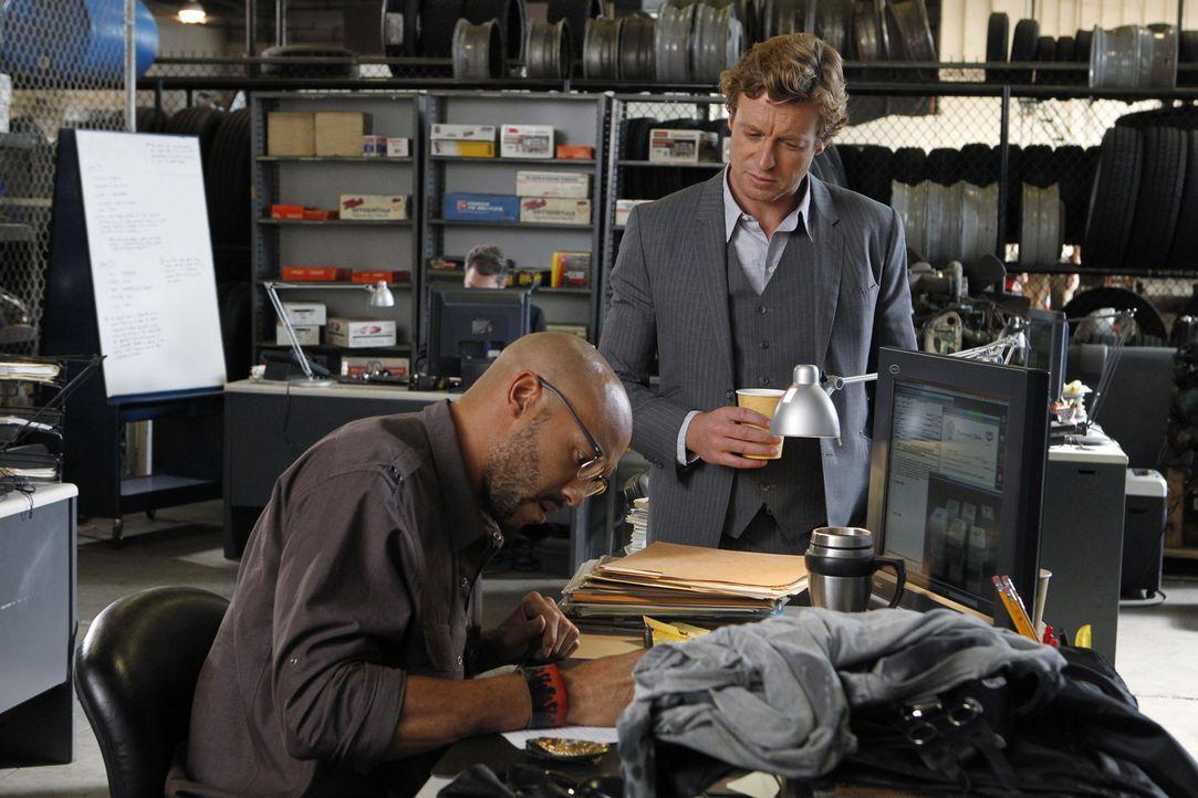 Kann Trey Holcombe (Stephen Bishop, l.) Patrick (Simon Baker, r.) bei der Aufklärung eines neuen Falles behilflich sein? - Bildquelle: Warner Bros. Television