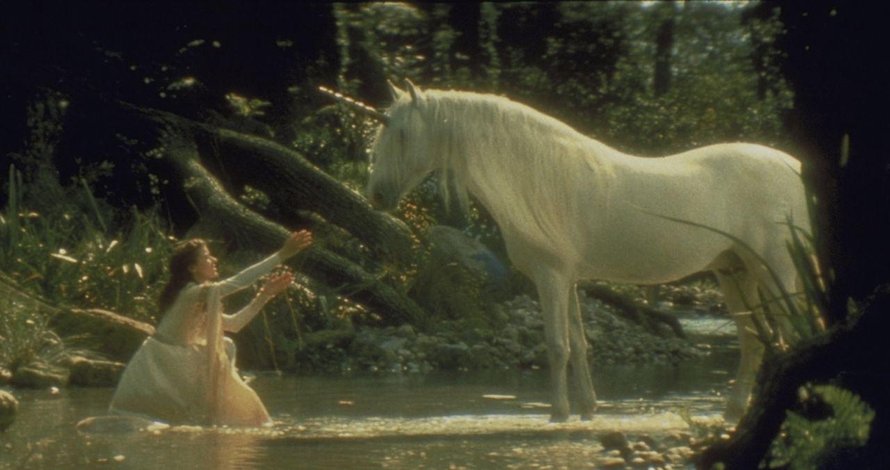 Lili (Mia Sara) versucht das weiße Einhorn zu streicheln ... - Bildquelle: Universal Pictures