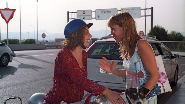 Isabelle (Wolke Hegenbarth, r.) wird von ihrer Mutter Carla  (Teresa Harder,...