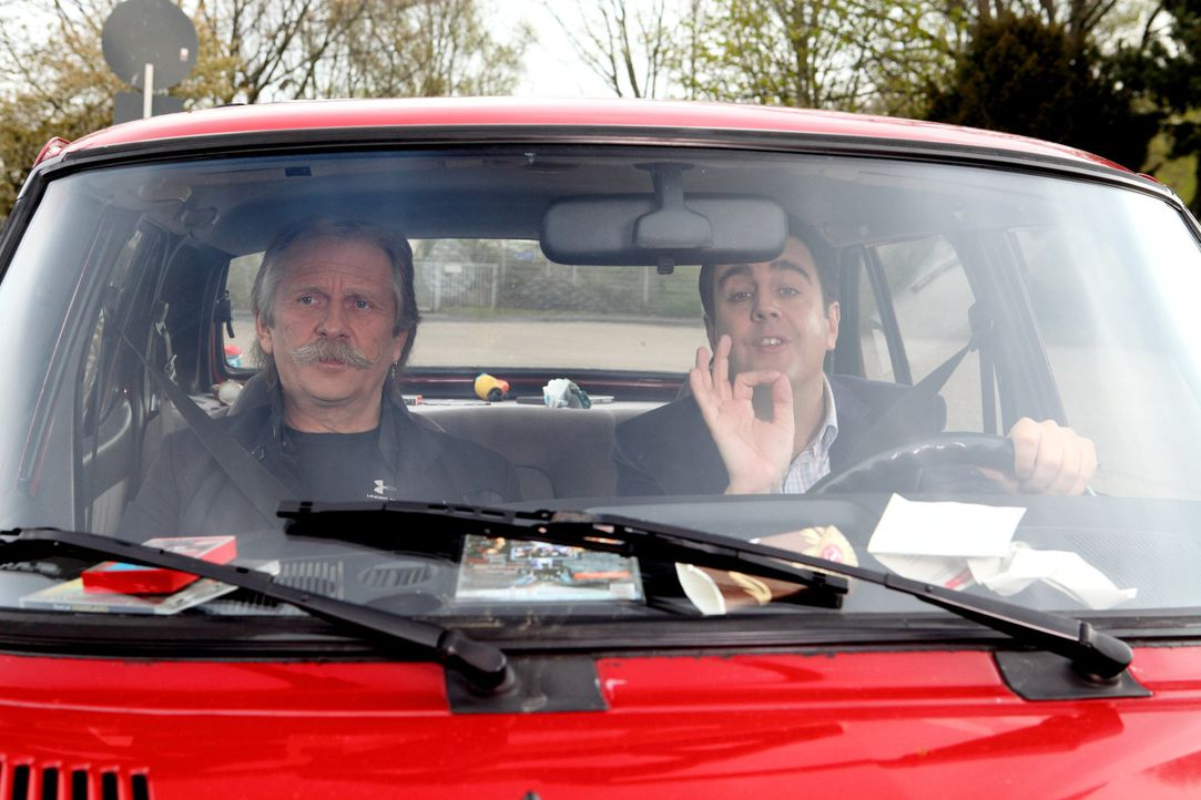 Bastian (Bastian Pastewka, r.) holt Henning Krautmacher (Henning Krautmacher, l.) mit seinem Wagen zuhause ab und nimmt während der Fahrt Kölsch-Unt... - Bildquelle: Frank W. Hempel SAT.1