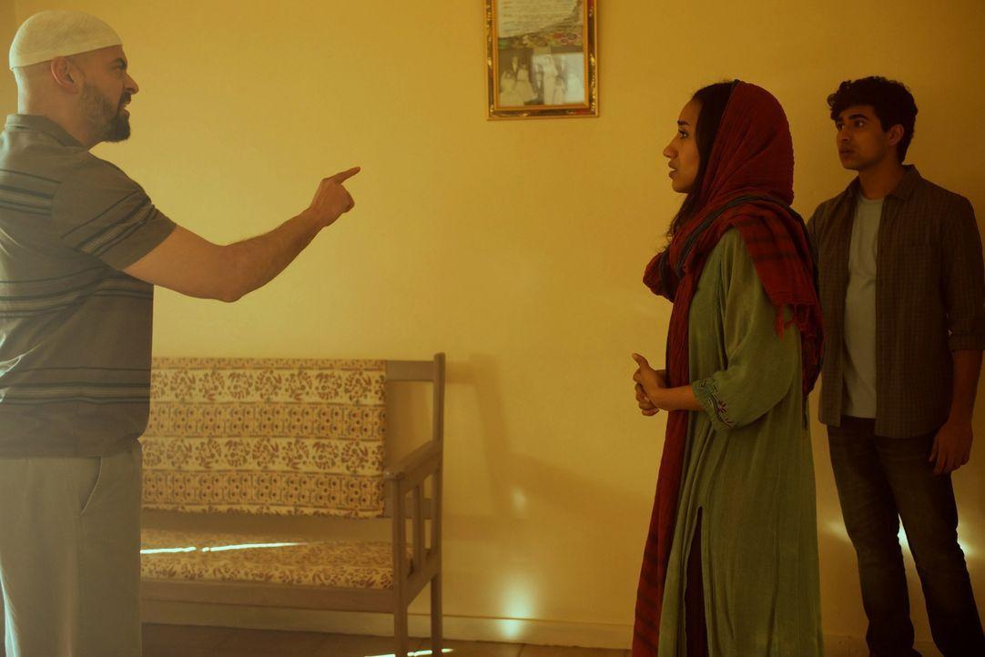 Während Carrie Hilfe von Saul benötigt, bekommt Aayan (Suraj Sharma, r.) Ärger mit Kirans (Shavani Seth, M.) Vater Omar (Riaz Solker, l.) ... - Bildquelle: Homeland   2014 Twentieth Century Fox Film Corporation