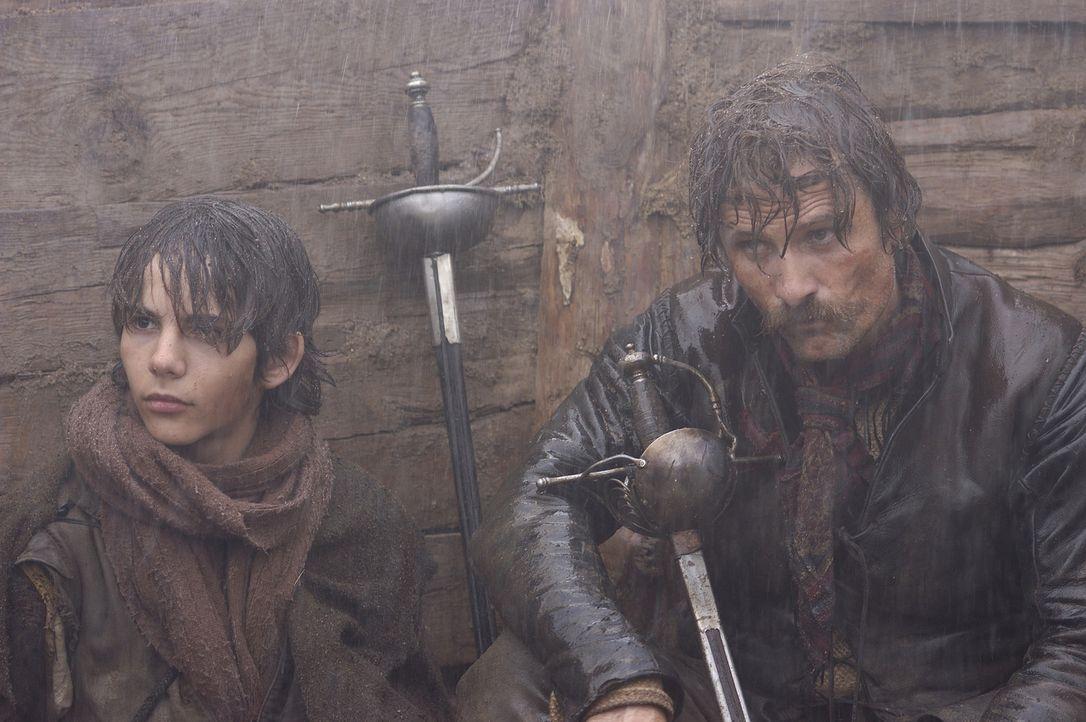 Der verwegene Flandern-Veteran Captain Diego Alatriste (Viggo Mortensen, r.) ist für seinen Mut berühmt. Doch als er einem sterbenden Kameraden vers... - Bildquelle: José Haro TF1 International
