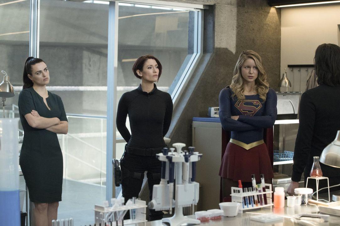 Nachdem Lena (Katie McGrath, l.) sich Alex (Chyler Leigh, M.) und Kara alias Supergirl (Melissa Benoist, r.) anvertraut hat, bereitet sich das Team... - Bildquelle: 2017 Warner Bros.