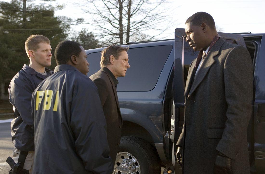 Mit Hilfe des FBI-Neulings Eric O'Neill konnte Special Agent Dean Plesac (Dennis Haysbert, r.) den FBI-Agenten Robert Hanssen (Chris Cooper, 2.v.r.)... - Bildquelle: Universal Pictures