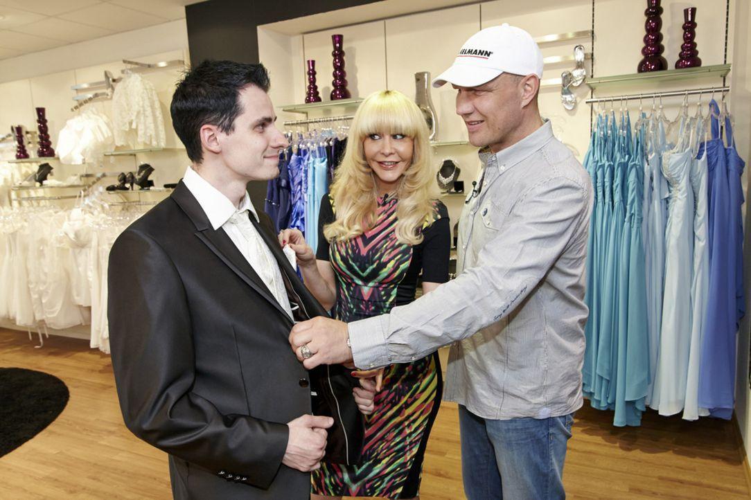 Auch für den Bräutigam Marcel (l.) haben Dolly Buster (M.) und Axel Schulz (r.) bereits das richtige Outfit herausgesucht ... - Bildquelle: Guido Engels SAT.1