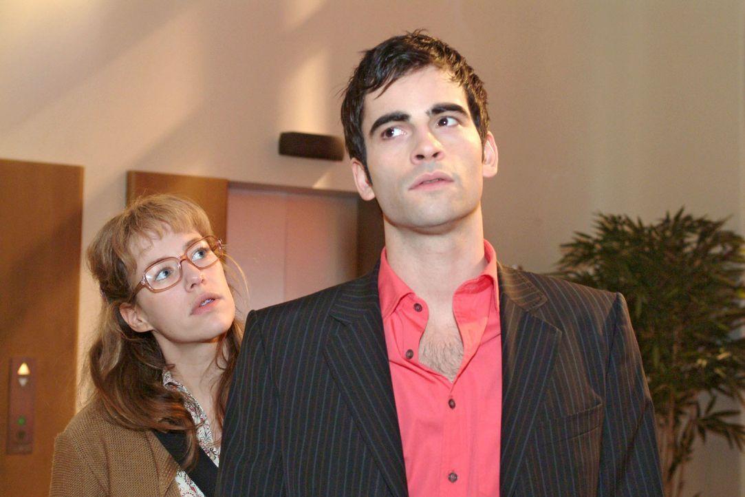 Lisa (Alexandra Neldel, l.) versucht David (Mathis Künzler, r.) sofort von Blums Bestechungsversuch zu berichten. Vergeblich - David hat ganz ander... - Bildquelle: Sat.1