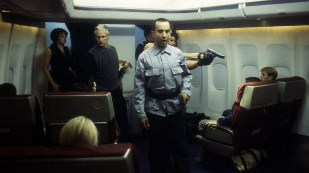 Als Flugbegleiter getarnt, haben sich die Terroristen auf die Chartermaschine...