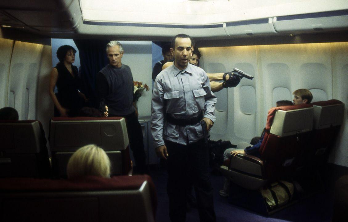 Als Flugbegleiter getarnt, haben sich die Terroristen auf die Chartermaschine des Rüstungsmillionärs Baxter Davis geschlichen, um dort seine Tochter... - Bildquelle: Cinetel Films