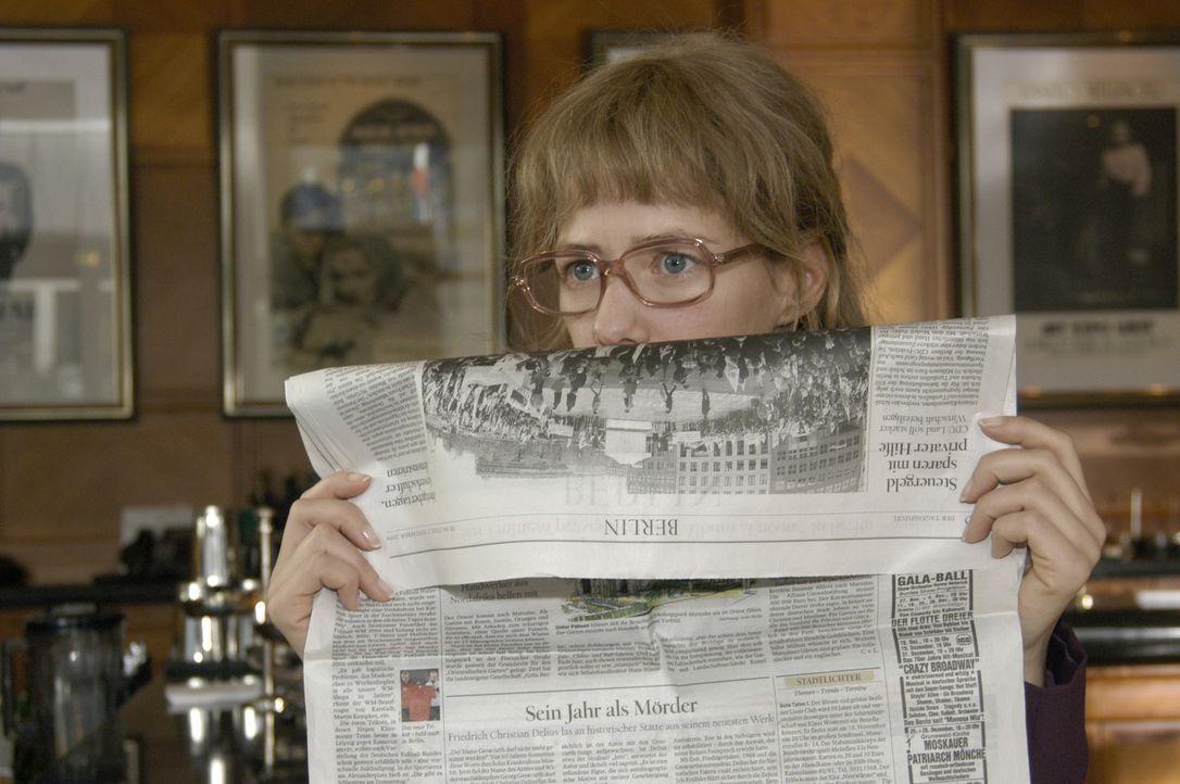 Höchst investigativ versucht Lisa (Alexandra Neldel) die Intrige aufzudecken. Sie beobachtet Alexandra in der Hotelbar und traut ihren Augen nicht,... - Bildquelle: Sat.1
