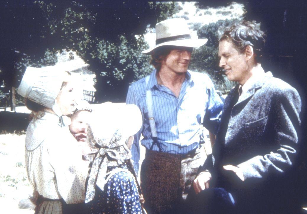 Laura (Melissa Gilbert, l.) und ihr Mann Almanzo (Dean Butler, 2.v.r.) begrüßen Almanzos Bruder Royal Wilder (Nicholas Pryor, r.) und dessen Tochter... - Bildquelle: Worldvision