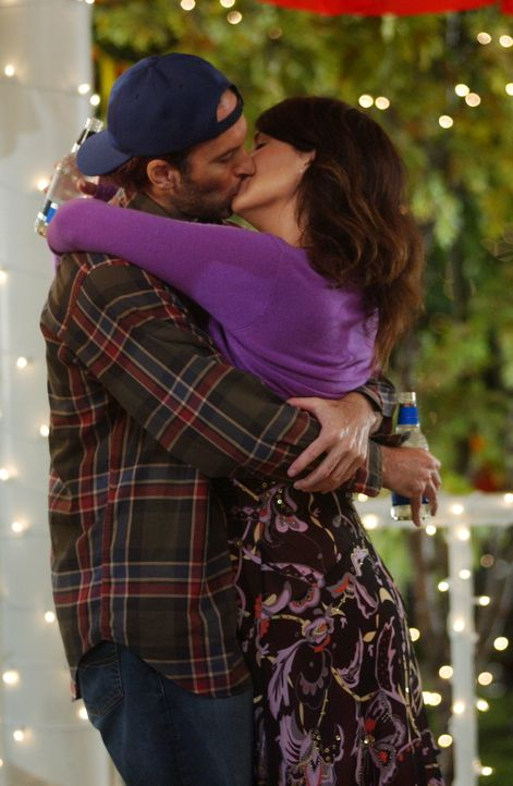 Nachdem zwischen Rory und Lorelai (Lauren Graham, r.) noch immer Funkstille herrscht, sorgt Luke (Scott Patterson, l.) mit seinem Heiratsantrag eben... - Bildquelle: Copyright Warner Brother International Television