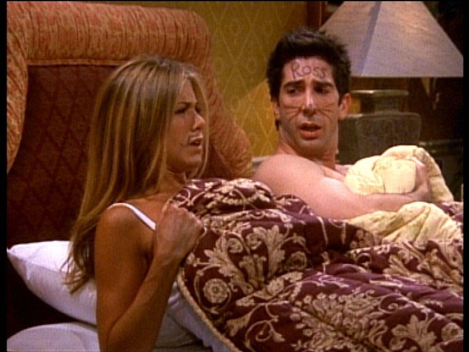 Rachel (Jennifer Aniston, l.) und Ross (David Schwimmer, r.) können es nicht fassen, dass sie nebeneinander aufwachen. - Bildquelle: TM+  2000 WARNER BROS.
