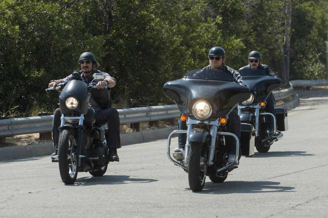 Tig (Kim Coates, l.), Jax (Charlie Hunnam, M.) und Chibs (Tommy Flanagan, r.) müssen für den Erhalt des Clubs kämpfen ... - Bildquelle: 2012 Twentieth Century Fox Film Corporation and Bluebush Productions, LLC. All rights reserved.