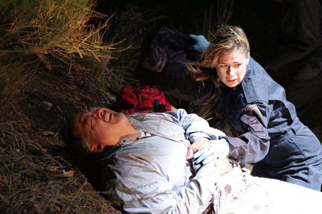 Versucht mit vollem Einsatz den Verletzten zu retten: Abby (Maura Tierney, r.) ... - Bildquelle: Warner Bros. Television