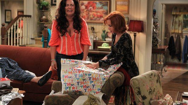 Während Mike und Molly auf dem Heimweg von den Flitterwochen sind, feiern Vic...