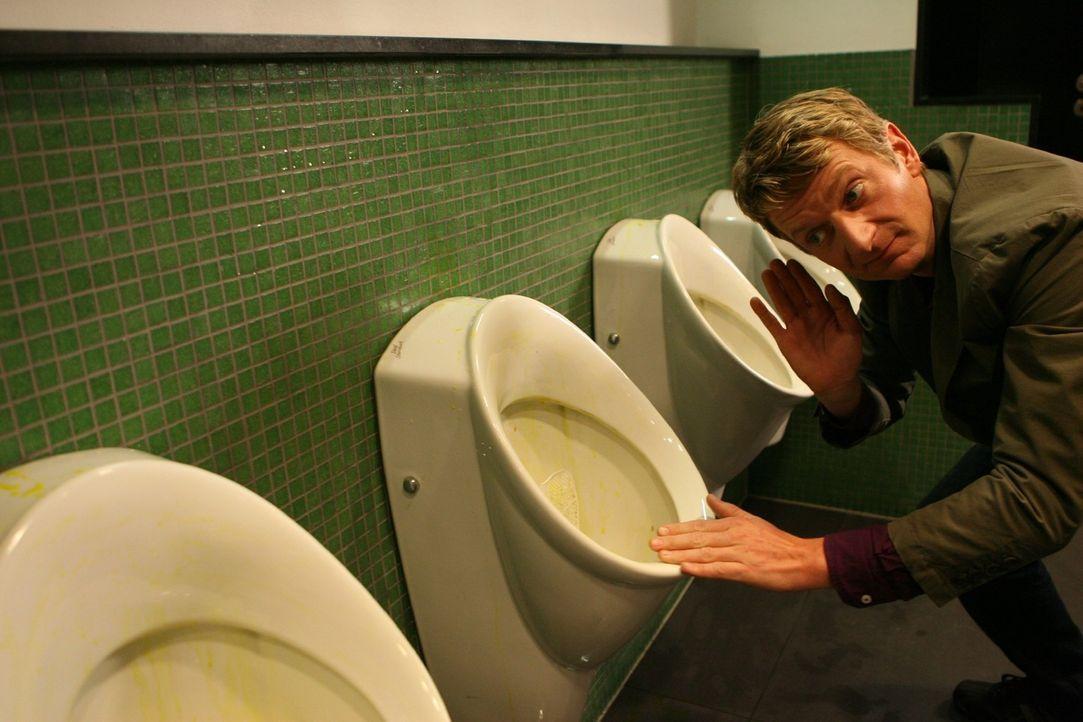 Heute zeigt Michael Kessler die 10 Dinge, die man nicht tun sollte, wenn man die Herrentoilette besucht... - Bildquelle: Sat.1