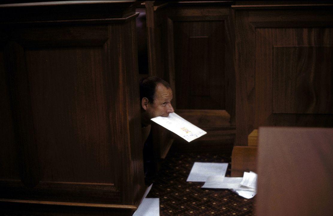 Wie Phönix aus der Asche: Als Klaus-der-Hund (Axel Milberg) die wichtigen Unterlagen dem Gericht übergeben möchte, wird der neue Wunsch seiner Tocht... - Bildquelle: Boris Guderjahn ProSieben