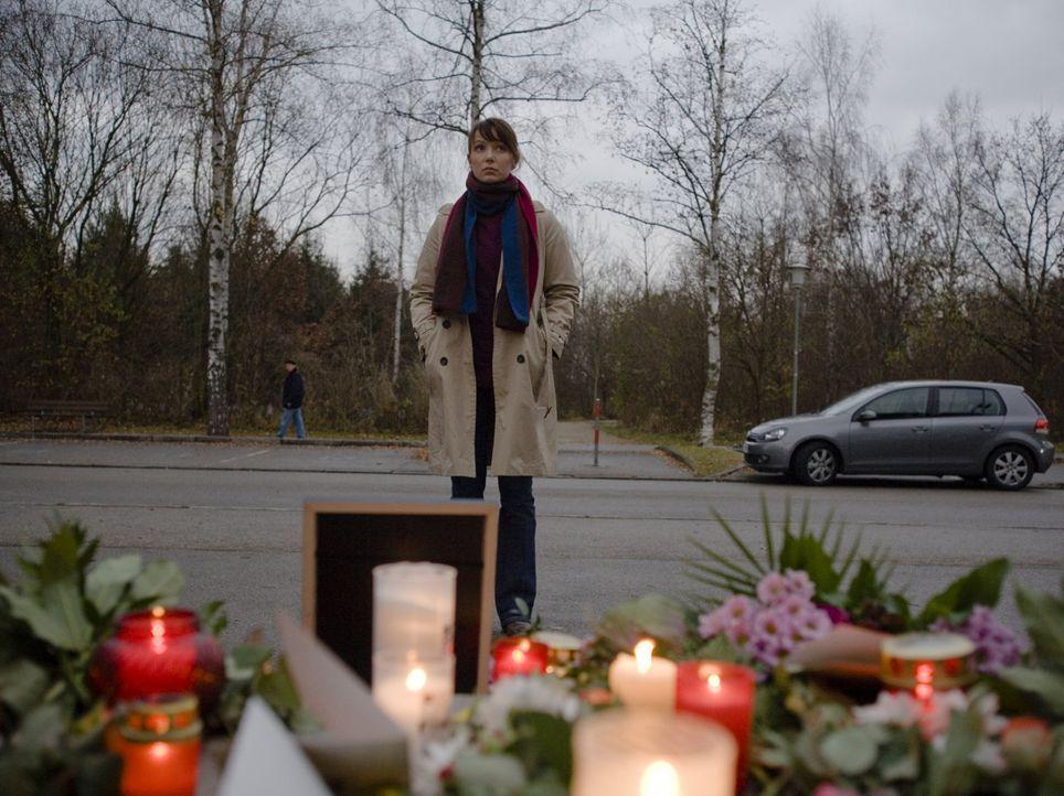 Als in dem kleinen Ort Schönburg die Tribüne der örtlichen Eishalle einstürzt und einen Menschen unter sich begräbt, muss Andrea Fichtner (Julia Kos... - Bildquelle: SAT.1