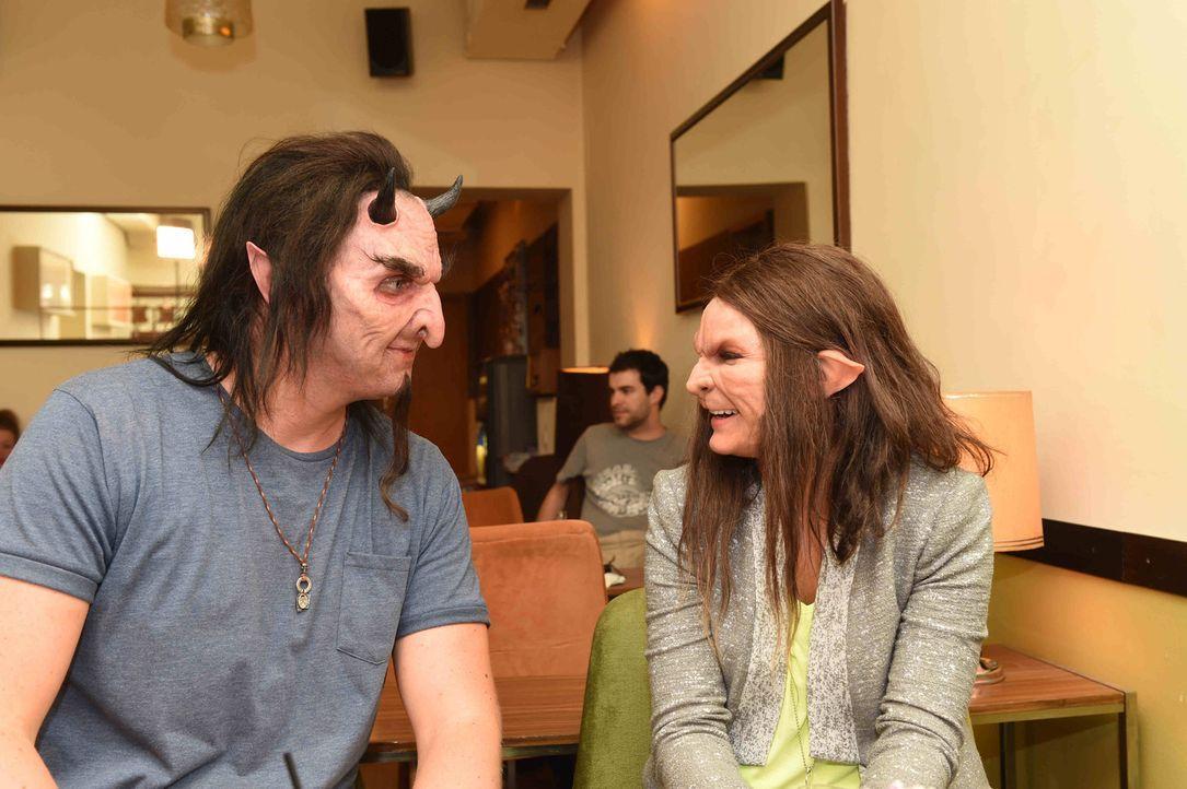 Auch mit gruseliger Maske legt sich Marvin (l.) ins Zeug, um Werwölfin Conny (r.) zu gefallen ... - Bildquelle: Andre Kowalski sixx