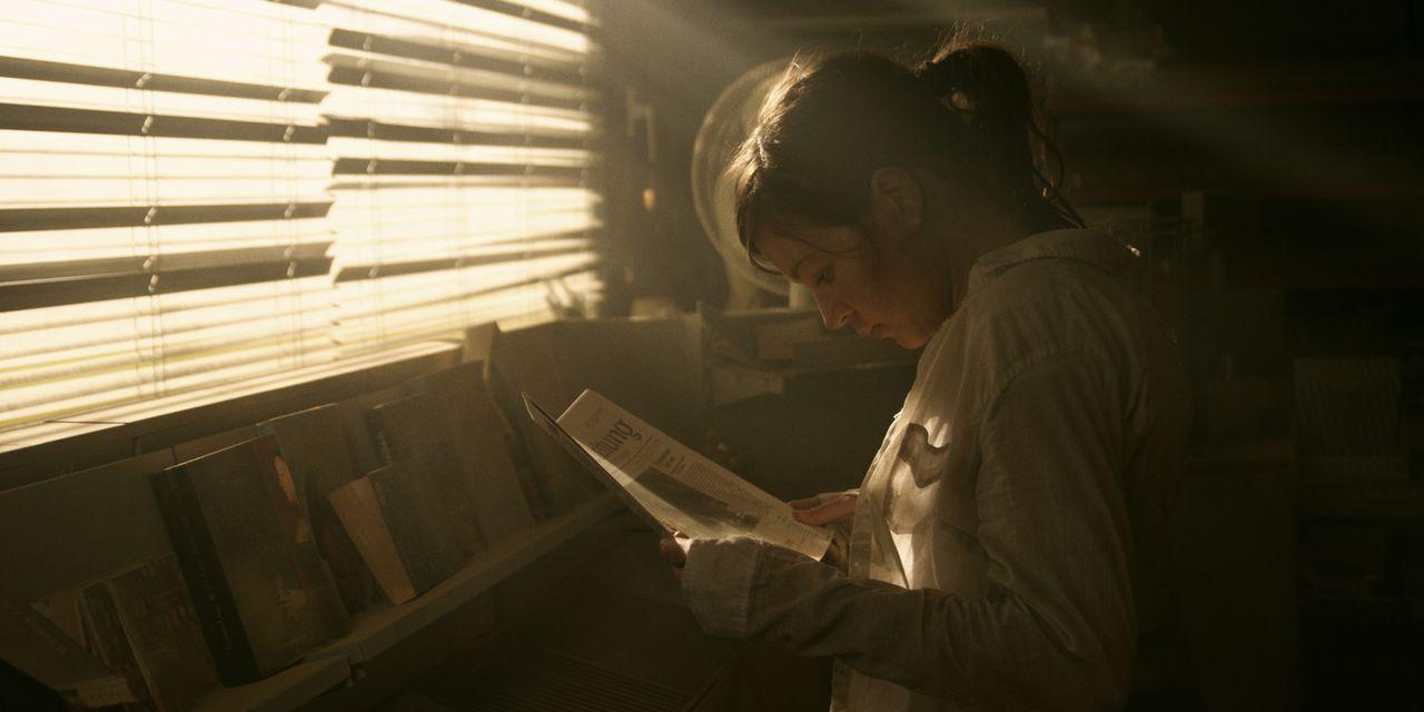Findet eine alte Tageszeitung, in der von einer Welt berichtet wird, an die sich Marie (Hannah Herzsprung) nicht mehr richtig erinnern kann ... - Bildquelle: Caligari