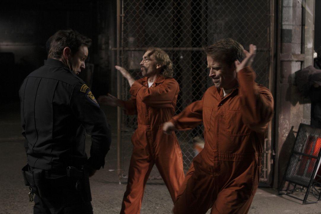 Jetzt ist der richtige Zeitpunkt um zuzuschlagen: Chance (Mark Valley, r.) und Guerrero (Jackie Earle Haley, M.) ... - Bildquelle: 2011  Warner Bros.